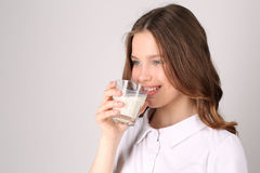 Ragazza in latte alimentare Fine in su Priorità bassa bianca Immagini Stock Libere da Diritti