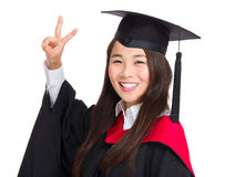Ragazza laureata dell'asiatico con il segno di vittoria Immagine Stock Libera da Diritti