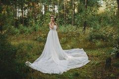 Ragazza leggiadramente della foresta bella nel bianco Fotografie Stock Libere da Diritti