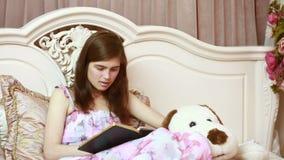 Ragazza a letto che scrive in un diario poesia o prosa archivi video