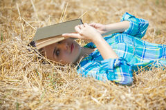 Ragazza in libro della tenuta del grano Fotografia Stock
