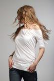 Ragazza in maglietta bianca che fila intorno Fotografia Stock Libera da Diritti