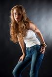 Ragazza in maglietta e jeans bianchi fotografia stock libera da diritti