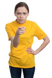 Ragazza in maglietta gialla che indica voi Fotografia Stock