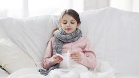 Ragazza malata con il tessuto di carta stock footage
