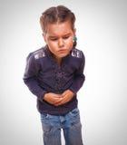Ragazza malata del piccolo bambino in stomaco di dolore, pancia Fotografia Stock