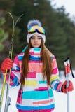 Ragazza in marcia per sciare Immagini Stock Libere da Diritti