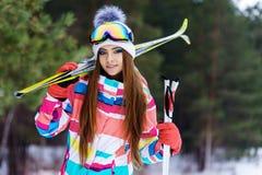 Ragazza in marcia per sciare Fotografie Stock Libere da Diritti