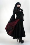 Ragazza medioevale del vampiro in vestito rosso nero immagine stock