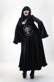 Ragazza medioevale del vampiro in vestito rosso nero fotografia stock