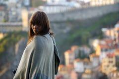 Ragazza mediterrranean dei capelli lunghi con la vista della città di Oporto fotografia stock