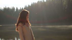 Ragazza mistica con capelli scuri lunghi nel lago misterioso Synevir della montagna in Carpathians Il bello nimph gode del video d archivio