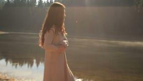 Ragazza mistica con capelli scuri lunghi nel lago misterioso Synevir della montagna in Carpathians Il bello nimph gode del stock footage