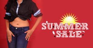 Ragazza moderna che posa sui modelli promozionali dell'insegna di vendita di estate nel fondo di colore rosso Colpo dello studio Fotografia Stock Libera da Diritti