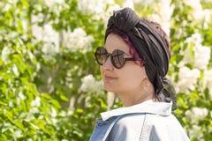 Ragazza moderna in una sciarpa legata come un turbante fotografia stock