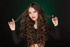 Ragazza molto bella di fascino con i capelli ricci sani della peluche in Immagini Stock Libere da Diritti