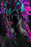 Ragazza monocromatica con il cappello clolorful fotografia stock