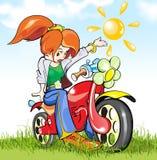 Ragazza-motociclista nel campo verde Fotografia Stock