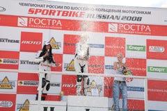 Ragazza-motociclisti sul basamento Immagine Stock