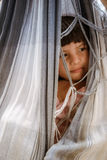 Ragazza nascondentesi in amaca in Bolivia Fotografia Stock