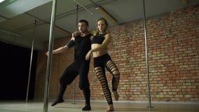 Ragazza negli affondo di ballo che contano sul partner video d archivio