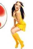 Ragazza nei balli erotici del vestito giallo Fotografie Stock Libere da Diritti