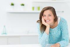 Ragazza nei sorrisi della cucina Fotografie Stock Libere da Diritti