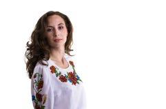 Ragazza nei vestiti nazionali ucraini isolati su bianco Immagini Stock Libere da Diritti