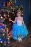 ragazza nel bianco con il vestito blu al Natale Immagine Stock Libera da Diritti