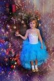 ragazza nel bianco con il vestito blu al Natale Fotografia Stock