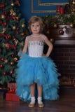 ragazza nel bianco con il vestito blu al Natale Immagine Stock