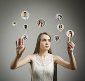 Ragazza nel bianco Rete sociale Immagini Stock