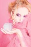 Ragazza nel colore rosa con il cubo di ghiaccio Immagine Stock