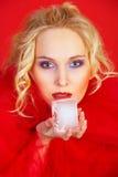 Ragazza nel colore rosso con il cubo di ghiaccio Fotografia Stock Libera da Diritti