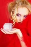 Ragazza nel colore rosso con il cubo di ghiaccio immagine stock