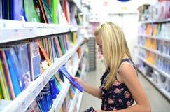Ragazza nel deposito di libro immagine stock