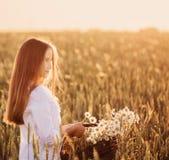 Ragazza nel giacimento di grano Fotografie Stock Libere da Diritti