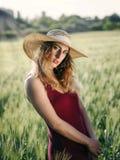 Ragazza nel giacimento di grano, backlit Immagine Stock