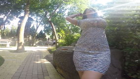 Ragazza nel giardino stock footage