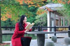 Ragazza nel giardino di autunno Fotografia Stock