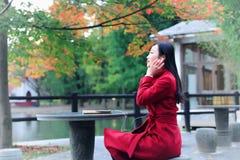 Ragazza nel giardino di autunno Immagini Stock