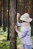 Ragazza nel legno Fotografie Stock Libere da Diritti