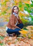 Ragazza nel parco di autunno Immagini Stock