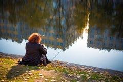 ragazza nel parco di autunno vicino all'acqua immagini stock libere da diritti
