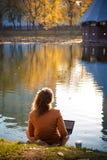 ragazza nel parco di autunno vicino all'acqua fotografia stock