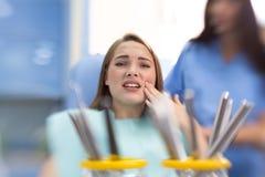 Ragazza nel punto irritato della tenuta dentaria dell'ambulanza fotografia stock
