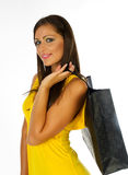Ragazza nel sacchetto giallo della holding di acquisto del vestito fotografie stock