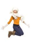 Ragazza nel salto dei vestiti di inverno Immagini Stock
