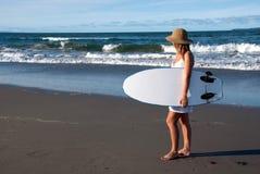 Ragazza nel sunhat con il surf Fotografie Stock Libere da Diritti