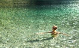 Ragazza nell'acqua fotografia stock